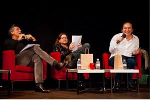 Les trois entrepreneurs écoutent les pitchs des entrepreneurs