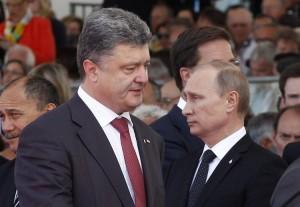 651096-le-president-ukrainien-petro-porochenko-et-son-homologue-russe-vladimir-poutine-lors-des-ceremonies-