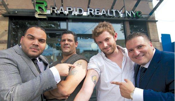 Anthony Lolli (à droite) offre 15% d'augmentation pour les salariés tatoués à l'effigie du logo